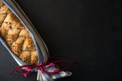 Pão caseiro como um presente imagens de stock