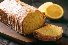 Pão caseiro do limão no fundo de madeira Imagens de Stock
