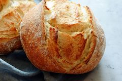 Pão caseiro fresco em um fundo cinzento crisp Francês produzido Pão na levedura Pão ázimo foto de stock royalty free