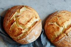 Pão caseiro fresco em um fundo cinzento crisp Francês produzido Pão na levedura Pão ázimo foto de stock