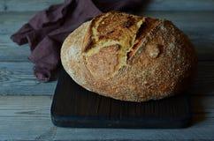 Pão caseiro fresco em um fundo cinzento crisp Francês produzido Pão na levedura Pão ázimo imagens de stock royalty free
