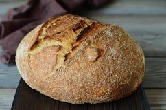 Pão caseiro fresco em um fundo cinzento crisp Francês produzido Pão na levedura Pão ázimo imagem de stock
