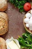 Pão caseiro fresco em um fundo cinzento crisp Francês produzido Pão na levedura fotos de stock