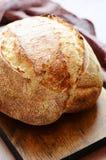 Pão caseiro fresco em um fundo cinzento crisp Francês produzido Pão na levedura imagem de stock