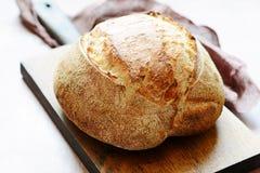 Pão caseiro fresco em um fundo cinzento crisp Francês produzido Pão na levedura fotografia de stock royalty free
