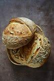 Pão caseiro fresco em um fundo escuro crisp Francês produzido fotos de stock