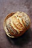 Pão caseiro fresco em um fundo escuro crisp Francês produzido Pão na levedura imagens de stock