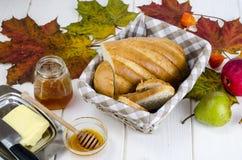Pão caseiro, manteiga e mel, conceito do outono fotos de stock