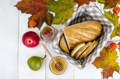 Pão caseiro, manteiga e mel, conceito do outono imagens de stock