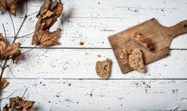 Pão caseiro na tabela de madeira retro Imagem de Stock