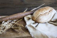 Pão caseiro recentemente cozido em uma tabela de madeira Fotografia de Stock Royalty Free