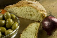 Pão, cebolas, azeitonas e tomates Foto de Stock Royalty Free