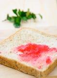 Pão com atolamento de morango fotografia de stock royalty free