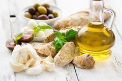 Pão com azeitonas e petróleo verde-oliva Fotos de Stock