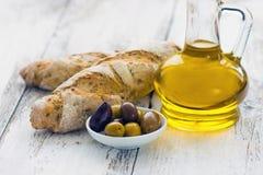 Pão com azeitonas e petróleo verde-oliva Imagens de Stock Royalty Free