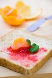 Pão com doce de morango e parte alaranjada imagem de stock royalty free
