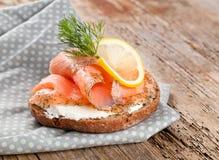 Pão com a faixa fresca dos salmões no fundo de madeira foto de stock royalty free