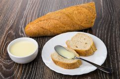 Pão com leite condensado do doce na placa, naco de pão imagens de stock royalty free