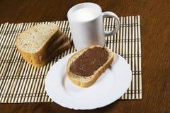 Pão com leite da propagação do chocolate Fotos de Stock Royalty Free
