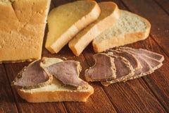 Pão com manteiga e fatias de vitela Imagem de Stock Royalty Free