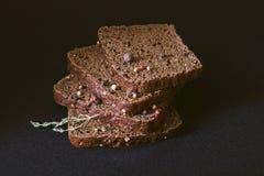 Pão com mistura do grão de pimenta imagens de stock royalty free