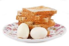 Pão com os ovos na placa Foto de Stock