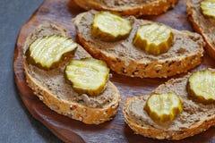 Pão com pasta de fígado imagens de stock