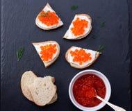 Pão com queijo creme fresco e o caviar vermelho Fotografia de Stock