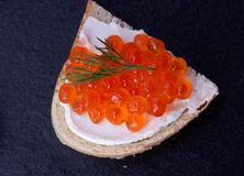 Pão com queijo creme fresco e o caviar vermelho Foto de Stock Royalty Free