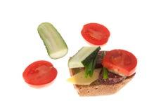 Pão com salsicha e vegetais Imagem de Stock