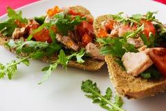 Pão com tomate do atum Fotos de Stock Royalty Free
