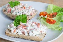 Pão com tomate e requeijão Fotografia de Stock