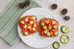 Pão com tomates e corações do vegetariano Imagens de Stock