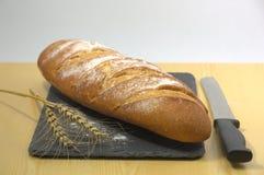 Pão com um ramo do trigo foto de stock