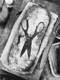 Pão com a varredura da farinha das tesouras Foto de Stock