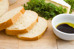 Pão com vinagre balsâmico, petróleo verde-oliva e queijo Fotos de Stock