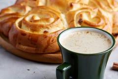 Pão cor-de-rosa caseiro, xícara de café, anis e canela no fundo textured branco, close-up, profundidade de campo rasa Imagens de Stock