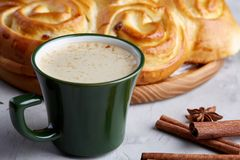 Pão cor-de-rosa caseiro, xícara de café, anis e canela no fundo textured branco, close-up, profundidade de campo rasa Imagem de Stock