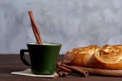 Pão cor-de-rosa caseiro, xícara de café, anis e canela no fundo textured branco, close-up, profundidade de campo rasa Fotos de Stock Royalty Free