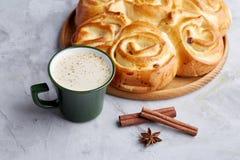 Pão cor-de-rosa caseiro, xícara de café, anis e canela no fundo textured branco, close-up, profundidade de campo rasa Foto de Stock Royalty Free