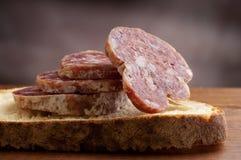 Pão cortado com salami imagem de stock royalty free