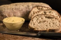 Pão cortado de Panini com manteiga em uma bacia Fotografia de Stock