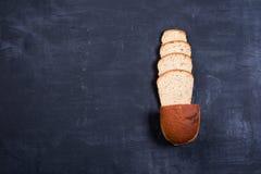 Pão cortado do ‹do †do ‹do †na placa preta Imagem de Stock Royalty Free