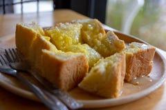 Pão cortado do brinde com manteiga e açúcar e leite condensado em w imagens de stock royalty free