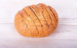 Pão cortado duro em uma placa de estaca Imagem de Stock Royalty Free