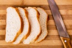 Pão cortado e a faca Fotografia de Stock Royalty Free