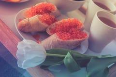 Pão cortado e flores e café vermelhos do caviar para o café da manhã foto de stock royalty free