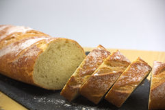 Pão cortado em uma ardósia da tabela fotografia de stock