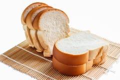 Pão cortado em uma esteira de bambu Imagens de Stock Royalty Free