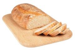 Pão cortado em uma placa de desbastamento de madeira foto de stock royalty free